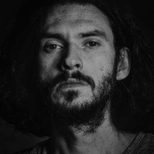 Czarno-biały portret mężczyny