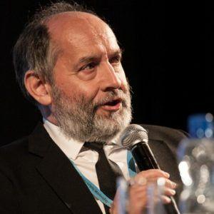 Na zdjęciu mężczyzna z mikrofonem