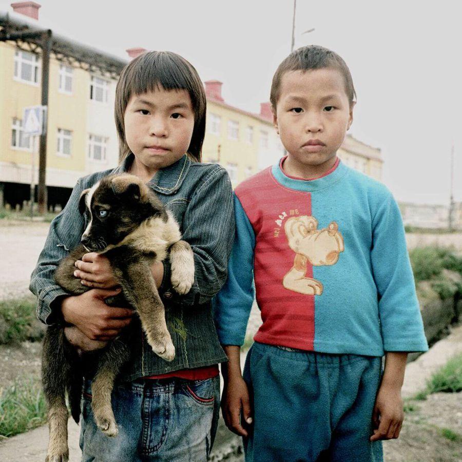Na zdjęciu dwoje dzieci z psem